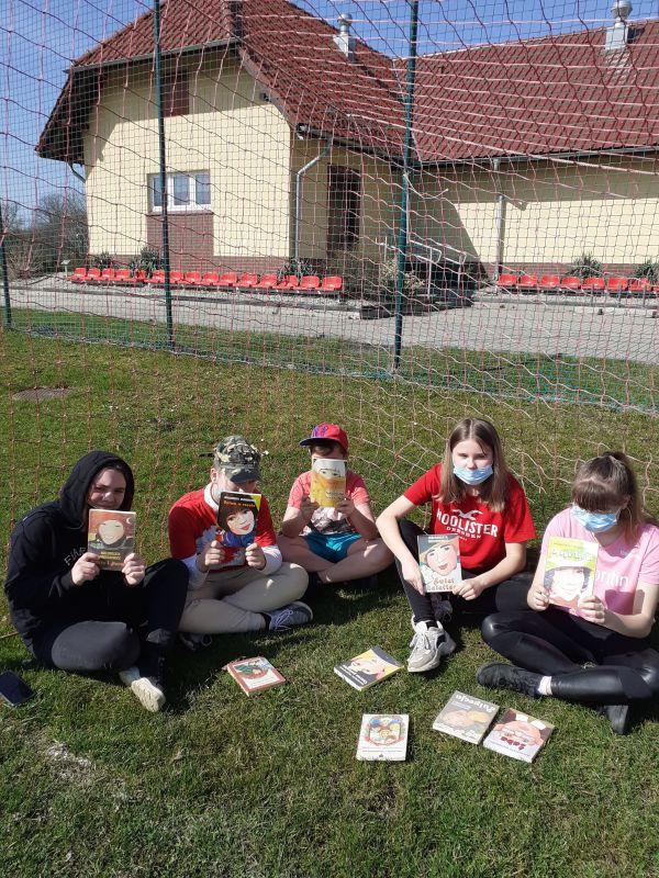 Pięcioro nastolatków prezentuje książki Małgorzaty Musierowicz.
