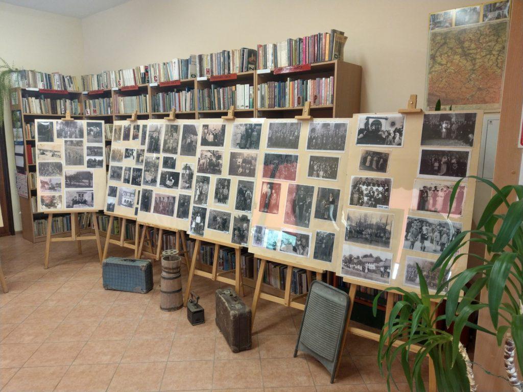 Fragment ekspozycji - plansze ze zdjęciami na sztalugach oraz zabytkowe przedmioty codziennego użytku