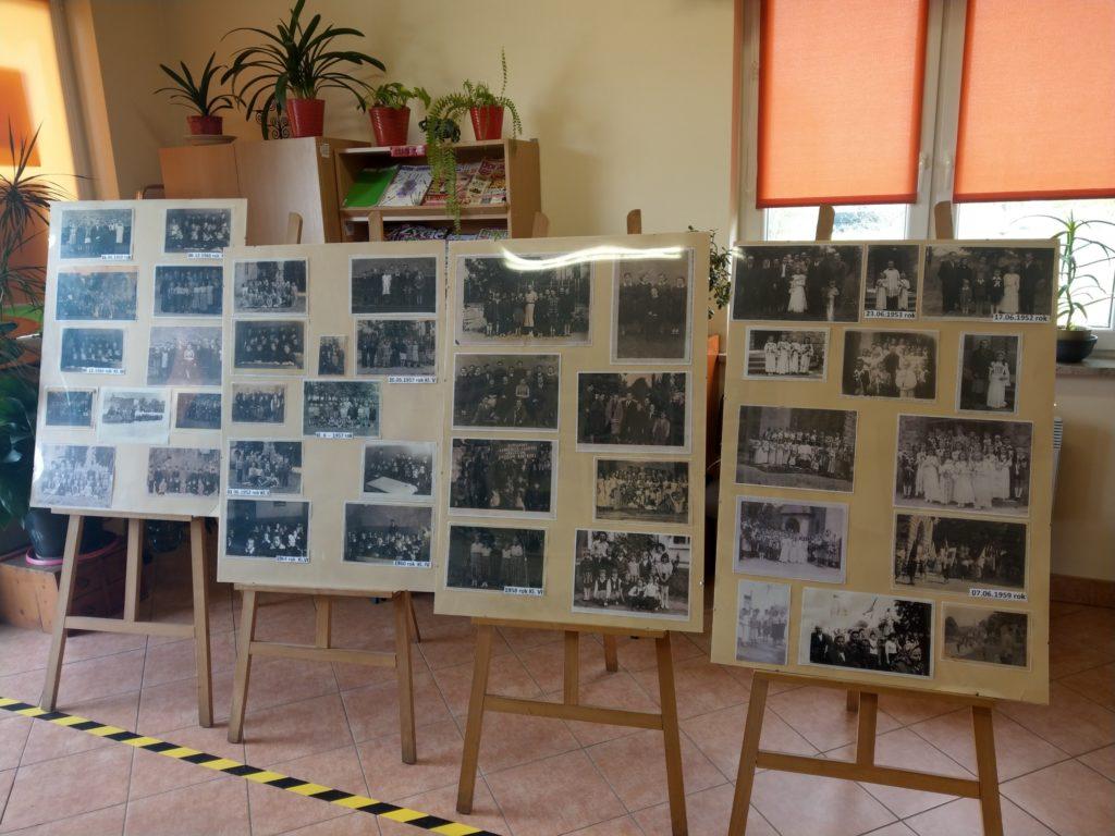 Fragment ekspozycji - plansze ze zdjęciami na sztalugach