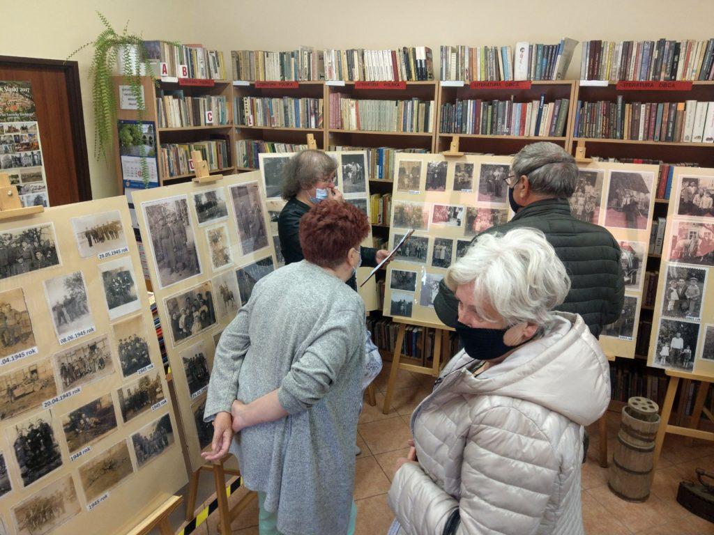 Bibliotekarz Jolanta Żywucka opowiada gościom o wystawie