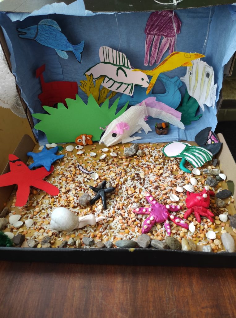 Praca plastyczna- akwarium z rybkami wykonane z kartonu, papieru, bibuły, plasteliny i innych materiałów plastycznych.
